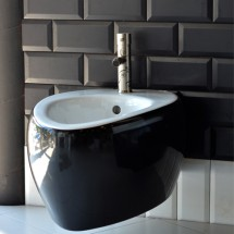 Стенно биде Moai 8605 комбинация черно и бяло